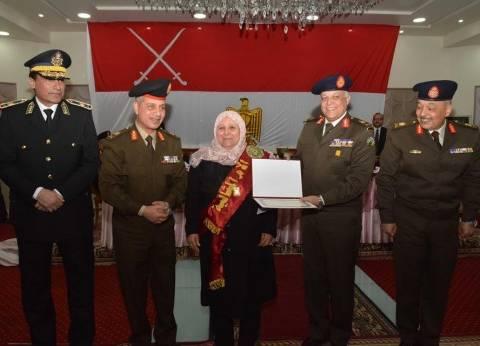 بالصور| القوات المسلحة تكرم الأب والأم المثاليين وعدد من أسر الشهداء