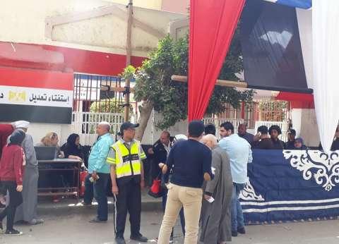 """مواطنون يتوافدون على لجان الاستفتاء في المطرية.. ومسيرة بـ""""أعلام مصر"""""""