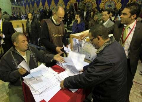 تأخر فتح لجان مجمع السلام يثير استياء الناخبين.. ومشادات كلامية بين المواطنين
