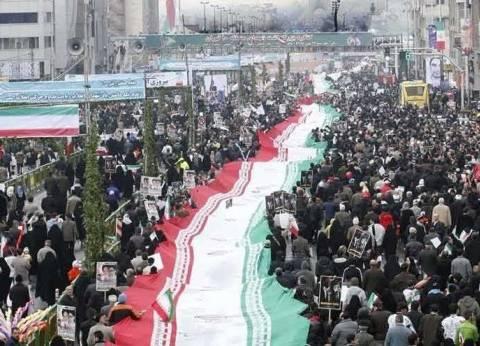 بالفيديو| في الاحتفال بذكرى الثورة الإسلامية.. إيرانيون يهتفون ضد أمريكا وإسرائيل