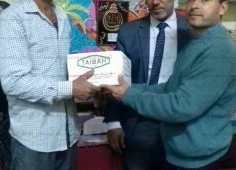 بالصور| توزيع كراتين سلع غذائية على دارسي محو الأمية في فوه