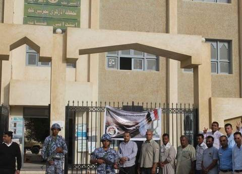 توافد العاملين بفنادق مرسى علم أمام اللجان الانتخابية