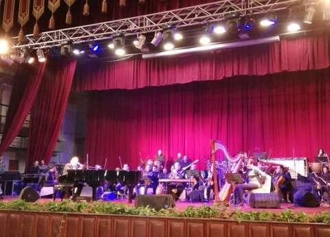 بالصور| عمر خيرت يحيي حفلا موسيقيًا بجامعة القاهرة
