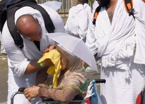صورة مؤثرة.. شاب يخفف عن والدته حرارة الشمس خلال مناسك الحج