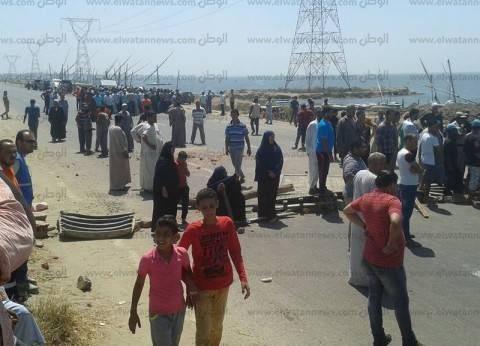 بالصور| إعادة فتح الطريق الدولي بعد قطعه من قبل الصيادين في البرلس
