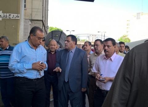 رئيس السكة الحديد يتفقد محطة القاهرة.. ويشدد على ضرورة تحسين الخدمة