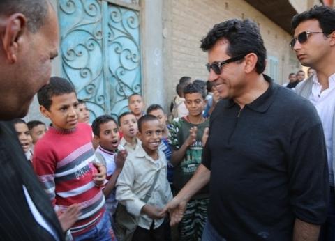 وزير الرياضة يتفقد مركزي شباب القمانة وأولاد نجم في نجع حمادي