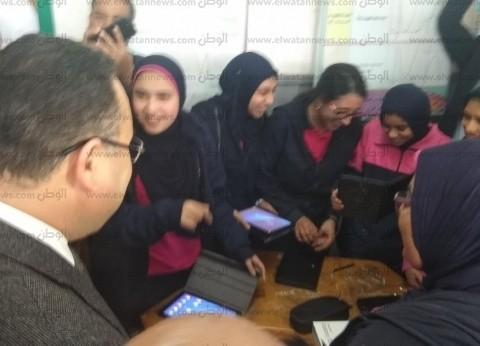 محافظ الإسكندرية يسلم quotالتابلتquot.. ويداعب الطلاب أثناء التوزيع