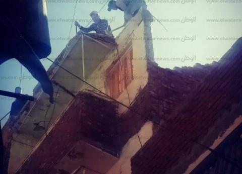 بالصور| سقوط أجزاء من عقار غرب الإسكندرية.. والحي يزيل آثار الخطر