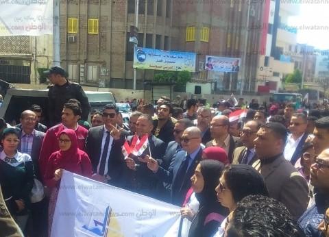 بالصور| رئيس جامعة دمياط يقود مسيرة للحث على المشاركة في الاستفتاء