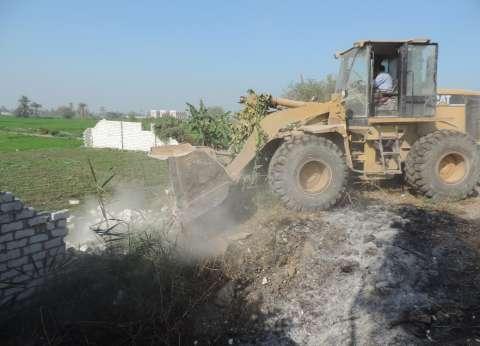 بالصور| إزالة 46 حالة تعدِ على أراض زراعية في قريتين بالفيوم