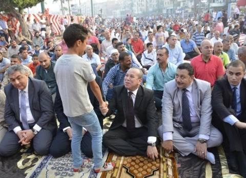 بالصور| وسط الآلاف.. محافظ دمياط يؤدي صلاة عيد الأضحى بميدان الساعة