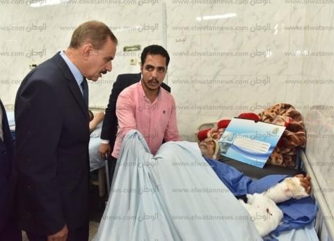 بالصور| محافظ أسيوط يزور صاحب المنزل المنهار ونجله بالمستشفى الجامعي