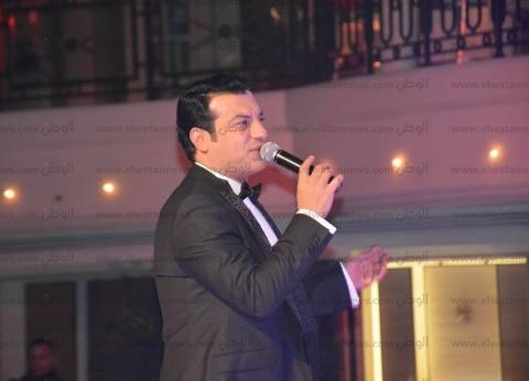 بالصور| إيهاب توفيق يشعل أولى حفلاته في رأس السنة