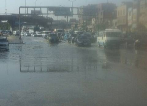 كثافات مرورية على طريق الأوتوستراد بعد كسر ماسورة مياه