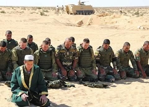 """مظليون روس يصلون مع رجال القوات المصرية في مناورات """"حماة الصداقة"""""""