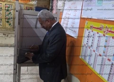 محافظ السويس يدلي بصوته: هناك إقبال من المواطنين على الاستفتاء