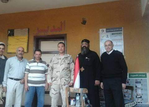 كاهن كفر داود مطر بميت غمر يدلي بصوته في الانتخابات