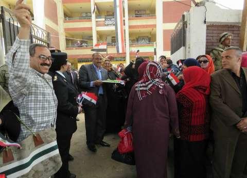 رجال الأمن بالغربية يوزعون الحلوى والورود خلال تأمين لجان الانتخابات