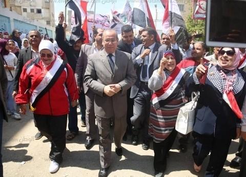 بالصور| محافظ كفر الشيخ يقود مسيرة للدعوة للمشاركة في الاستفتاء