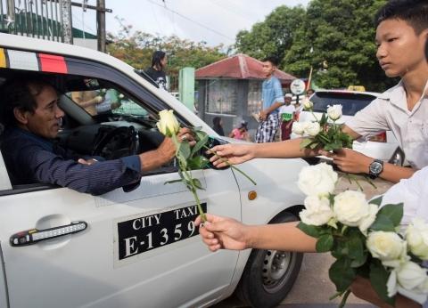 بوذيون في بورما يوزعون ورودا بيضاء على المسلمين