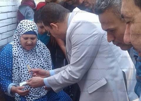 رئيس لجنة بالبحيرة يخرج بسجل التوقيع لسيدة مريضة لتمكينها من الانتخاب