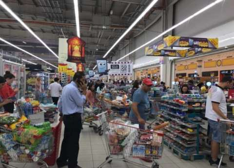 بالصور| قطريون يخزنون الغذاء ويفرغون المتاجر بعد إغلاق الحدود