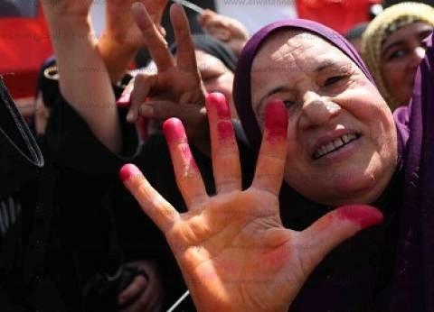 المرأة فى الانتخابات: عجوز بكرسى متحرك وأم بـ«رضيعها» وفتيات بأعلام مصر.. تحيا الستات