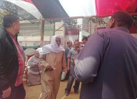 """أغنية شعبولا في لجان شبرا الخيمة لـ""""الاستفتاء"""": مصر واحدة مافيش غيرها"""