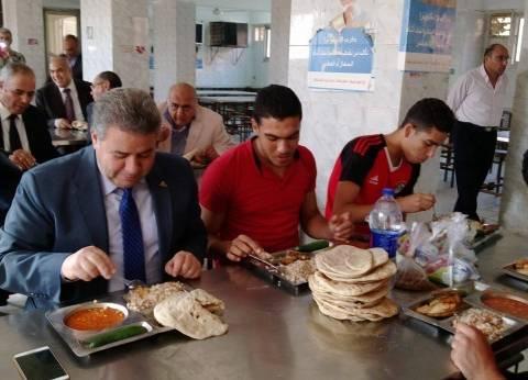 رئيس جامعة بنها يتفقد المدن الجامعية ويتناول الغداء وسط الطلاب