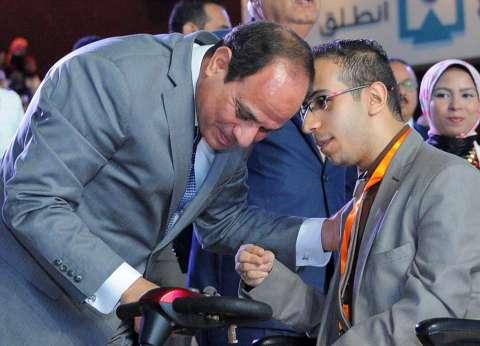 متحدي إعاقة يطالب السيسي بحضور مؤتمر شرم الشيخ.. والرئيس: إن شاء الله
