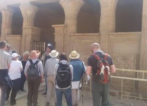 وفد سياحي بريطاني يزور منطقة آثار تونا الجبل بالمنيا