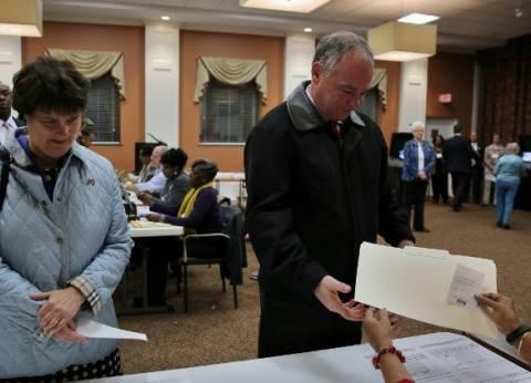 المرشح الديمقراطي لمنصب نائب الرئيس الأمريكي يدلي بصوته في الانتخابات
