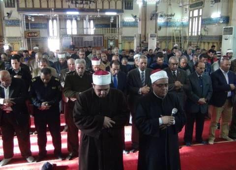 المئات يؤدون صلاة الغائب بالمنصورة.. والمحافظ: هذه نهاية الإرهاب بمصر