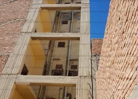 محافظ الإسماعيلية يشكل لجنة هندسية لفحص برج سكني مائل بحي السلام