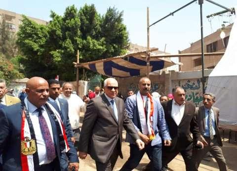 محافظ الجيزة يتفقد لجان التصويت: سعيد بالإقبال على المشاركة بالاستفتاء