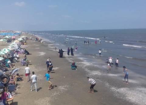 الآلاف يتوافدون على شواطئ وحدائق بورسعيد للاحتفال بشم النسيم