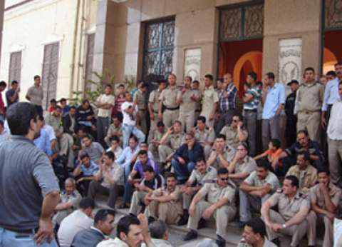 """أفراد الشرطة بالشرقية لمساعد وزير الداخلية:""""أنزل يا دالي فين حق عيالي"""""""