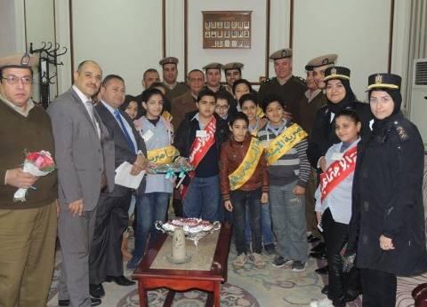 طلاب بمدارس الشرقية يوزعون الورود على رجال الشرطة احتفالا بعيدهم