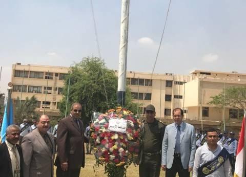 رئيس جامعة الأزهر يضع إكليلا من الزهور على نصب الجندي المجهول