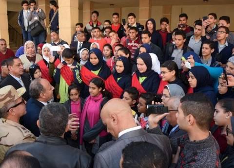 """طلاب مدارس الإسكندرية يرافقون المحافظ في جولة بمشروع """"بشاير الخير"""""""