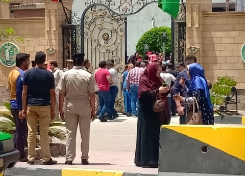 """وقفة لطلاب الثانوية أمام مبنى محافظة المنوفية بسبب امتحانات """"التابلت"""""""