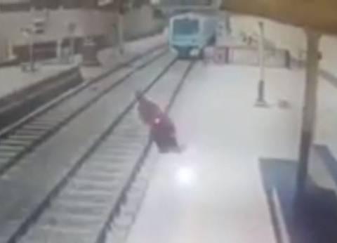 بالفيديو| سيدة تنتحر بإلقاء نفسها أمام مترو الأنفاق