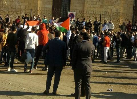المتظاهرون أمام الأزهر ينهون وقفتهم الاحتجاجية برفع علمي مصر وفلسطين
