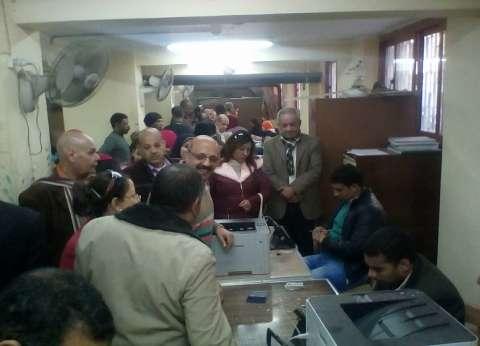 توافد أهالي المنيا على مكاتب الشهر العقاري لتوثيق توكيلات الانتخابات