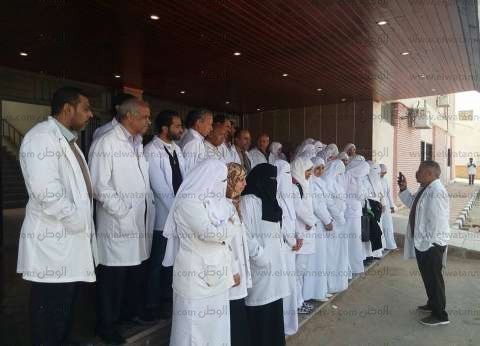 """وفد شرطي يتبرع بالدم لمرضى الكلى بـ""""الشيخ زويد"""" ويقدم الهدايا"""