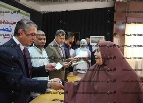 بالصور| محافظ كفر الشيخ يوزع 25 شهادة أمان