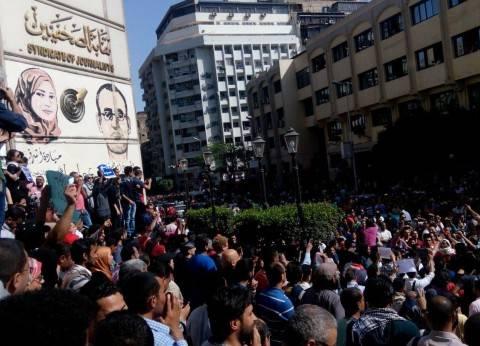 """الصحفيون يتظاهرون على سلم النقابة: """"الصحافة مش إرهاب"""""""