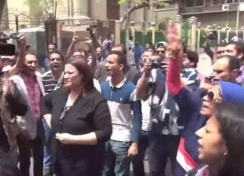 بالفيديو |الصحفيون يتظاهرون أمام النقابة «بالكاميرا والقلم الجاف.. الصحافة مش بتخاف»