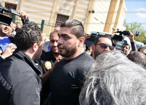 بالصور| خالد سليم يدخل في نوبة من البكاء في أثناء تشييع جنازة والده